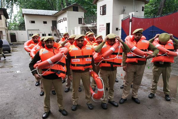 40 police teams deployed to help people in Srinagar | KNO