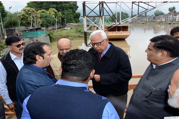 Governor visits flood prone areas and Relief Centres in and around Srinagar | KNO