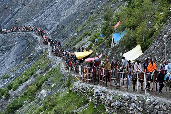 5919  pilgrims pay obeisance at the Holy Cave | KNO