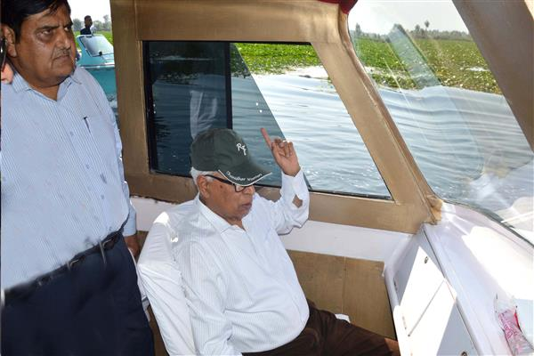 Governor reviews Dal Lake de-weeding-orders tough measures for sewage control | KNO