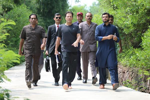 PM Imran Khan reaches office in casual attire on first day | KNO