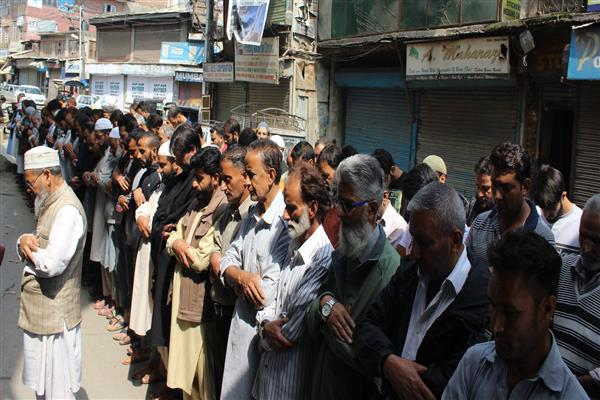 On JRL call, 'Absentia funeral prayers held for slain Qazigund and Kulgam' | KNO