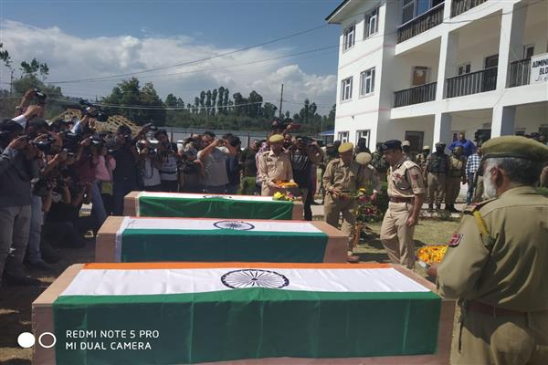 Wreath laying ceremony held at DPL Shopian | KNO