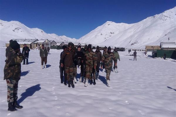 Army assists stranded passengers on Leh-Manali road | KNO