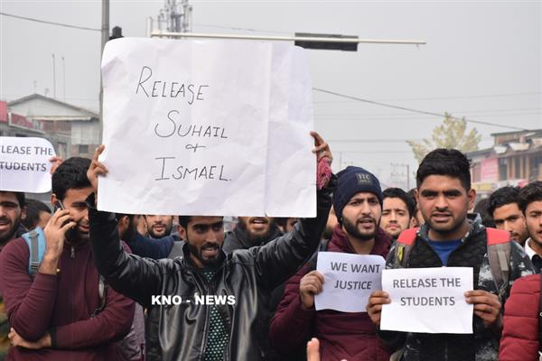 CUK students protest, offer prayer on roads to mark protest against detention of two varsity students | KN0