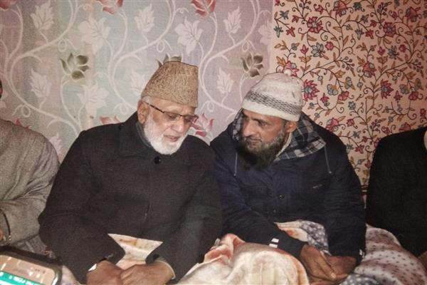 Braving rains Sehrai, Malik leads funeral prayers of Geelani's Son-in-law in Sopore | KNO