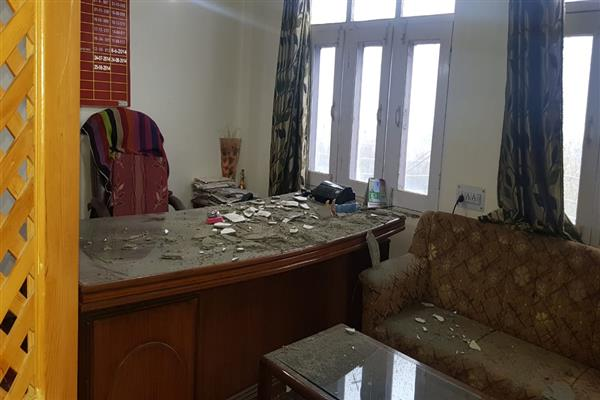 CMO Bandipora unhurt as Office's ceiling collapses | KNO