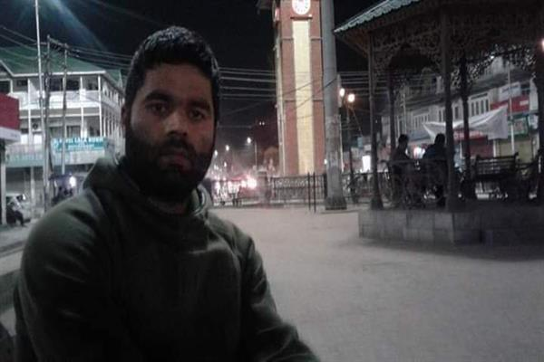 Hizb commander's picture at Ganta Ghar goes vial on social media | KNO