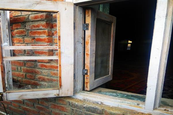 Unknown persons damage windows, other things of Masjid in Sopore | KNO