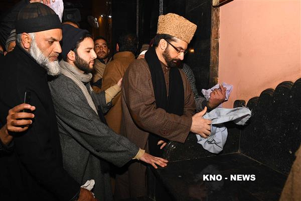 Desecration' of Jamia's pulpit: Mirwaiz leads cleansing drive | KNO