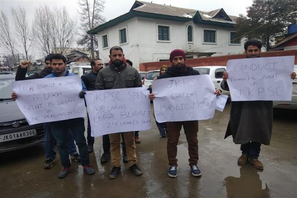 KAS aspirants protest in Srinagar against JKPSC | KNO