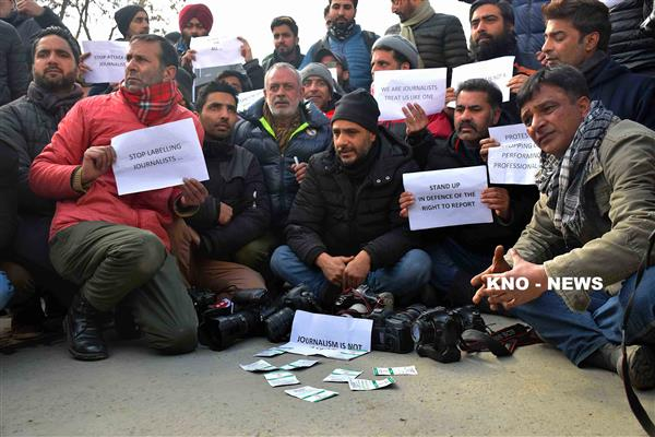 Journalists boycott R-day function as senior journos' barred entry, stage protest | KNO