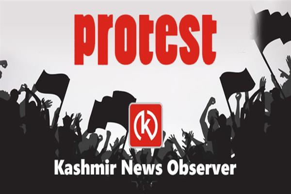 Shartpora Krusan residents protest, block Lolab-Kupwara road | KNO