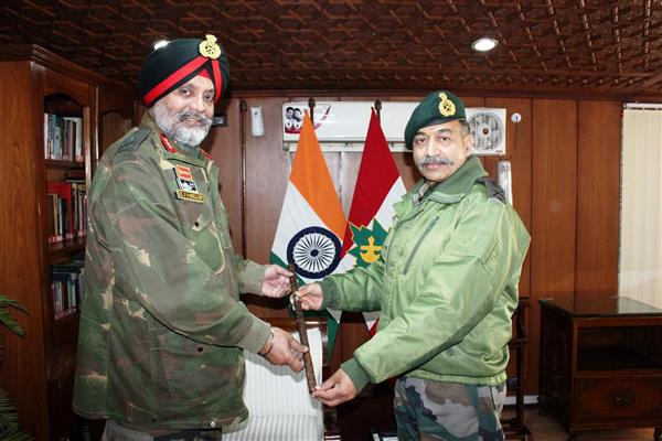Lt Gen KJS Dhillon takes charge of 15 corps from Lt Gen AK Bhatt | KNO