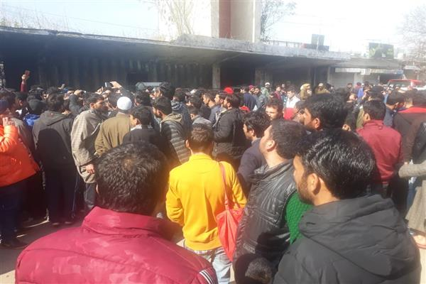 Scores of stranded passengers demand airlifting from Jammu | KNO