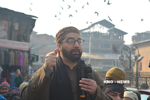 Mirwaiz lashes out at authorities for abandoning stranded passengers | KNO