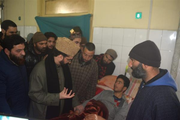 Mirwaiz visits SMHS to inquire about health of students injured in Pulwama blast | KNO
