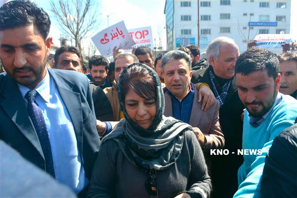 Mehbooba leads protest against ban on Jamaat | KNO