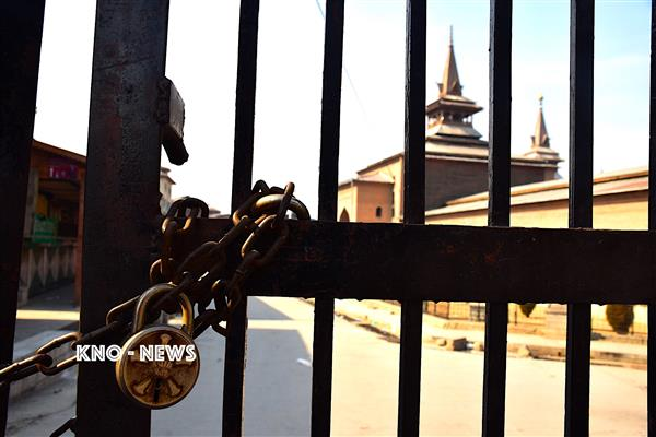 Ahead of JRL called protests Police close Jamia Masjid,  Restrictions in Old city | KNO