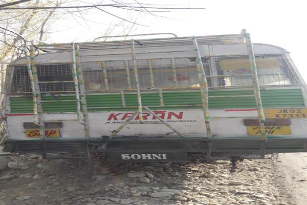 Ferrying poll material, bus attacked by unknown gunmen in Shopian | KNO