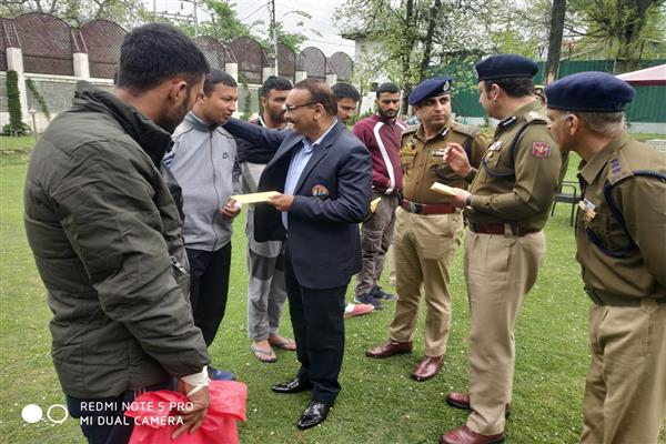 DGP meets injured cops, handovers welfare relief | KNO