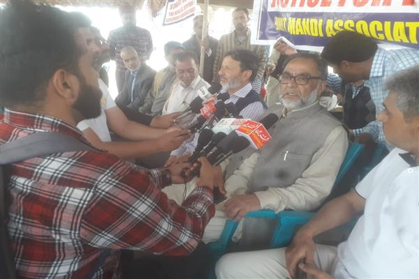 Parimpora Mandi shuts operation, accuses Guv of 'attempting to weaken economy' | KNO