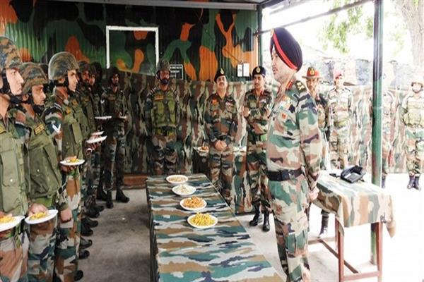 Army commander visits forward posts in Rajouri sector | KNO