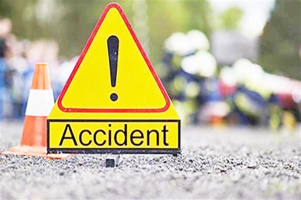Four tourists injured in a road mishap at boulevard Srinagar | KNO