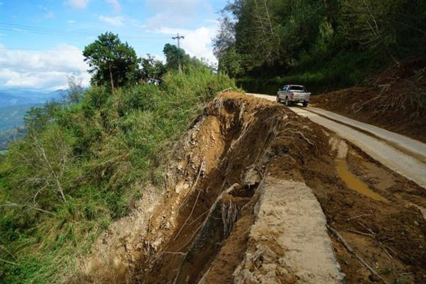 Landslide hits Mughal Road, traffic movement stopped | KNO