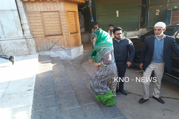 Mehbooba Mufti visits Makhdoom sahab (RA) Shrine in downtown, prays for peace | KNO