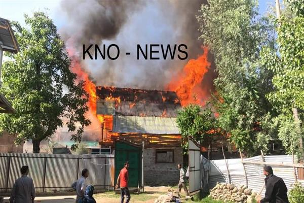 Massive fire breaks out at Gamroo village in Bandipora, several residential houses gutted | KNO
