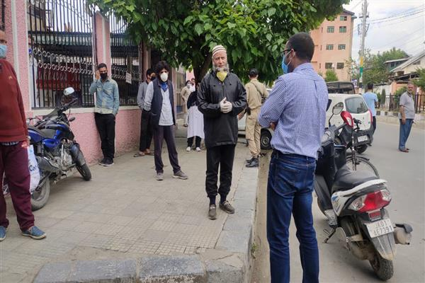 DC Srinagar inspects lockdown implementation | KNO