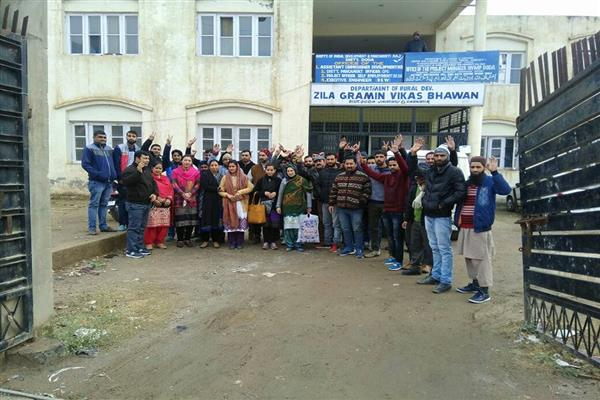 MGNREGA employees hold protest in Doda to demand regularization | KNO